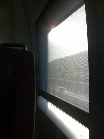 车窗的窗帘是半透明的
