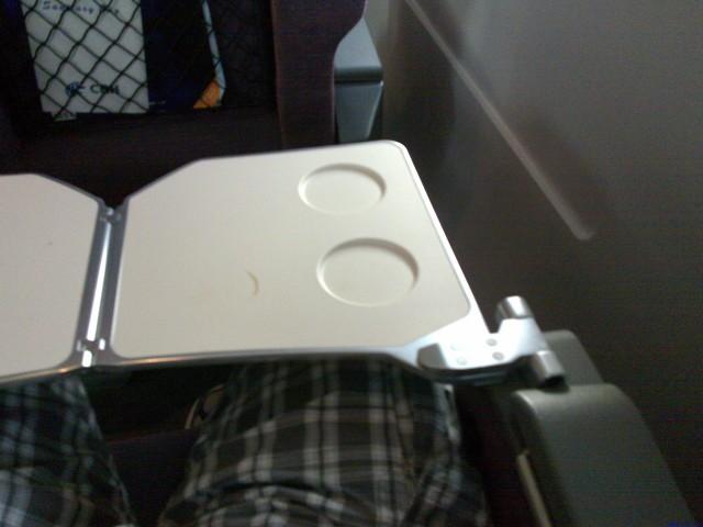 小桌板全开后,能看到两个茶杯位