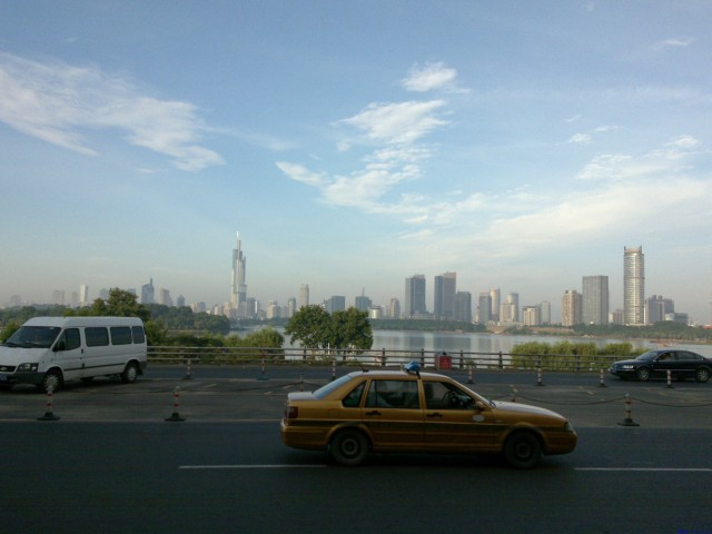 南京站门口,一片玄武湖