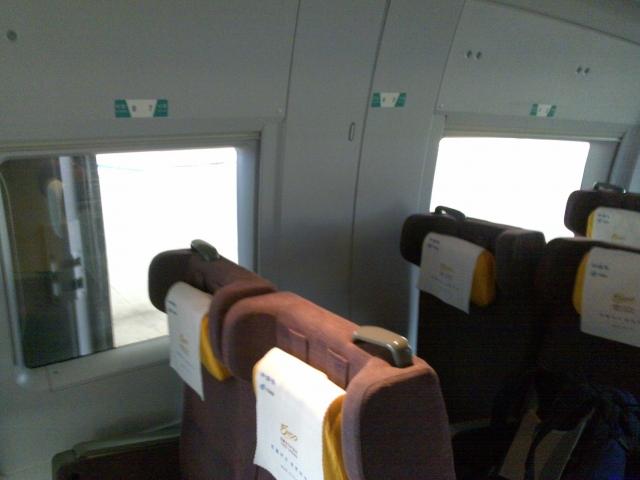 进了特等舱,看见左边的座椅和车窗