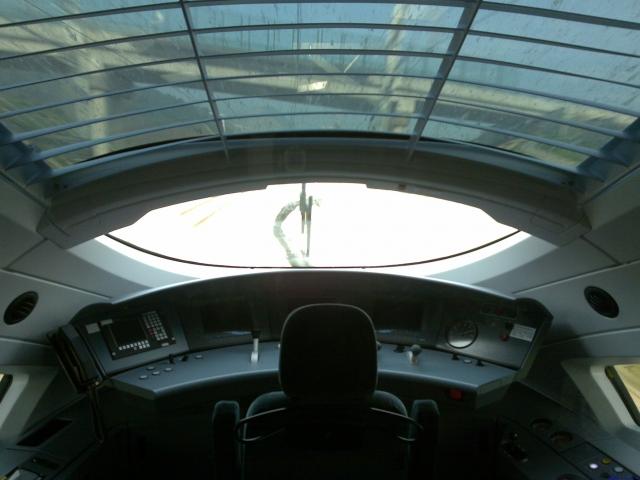 开车了,通过驾驶室的天窗能看到过了一座桥