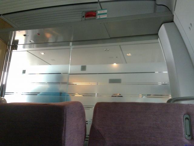 玻璃门隔开的门廊里——特等座舱和一等座舱之间
